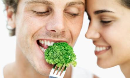 couple-eating-broccoli